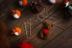 Jouez l'ours avec le coeur de la laine pour le feutrage sec photographie stock libre de droits