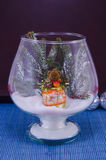 Jouez l'ours dans un vase en verre couvert de neige Images stock