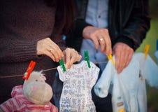 Jouez l'petit animal d'ours contre un estomac de la femme enceinte Photo libre de droits
