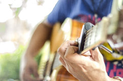 Jouez la belle fille de l'adolescence de guitare… jouant la musique avec une guitare Image stock