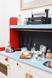 Jouez la cuisine pour des enfants avec le fourneau miniature, évier, bouilloire et Photographie stock