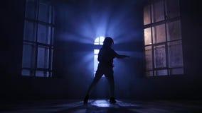 Jouez la lumière et l'ombre, danse dans le clair de lune silhouette, mouvement lent banque de vidéos