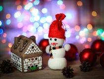 Jouez la maison de bonhomme de neige et de pain d'épice à la table de Noël Photos libres de droits