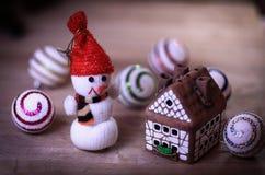 Jouez la maison de bonhomme de neige et de pain d'épice à la table de Noël Images libres de droits