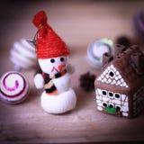 Jouez la maison de bonhomme de neige et de pain d'épice à la table de Noël Photo libre de droits