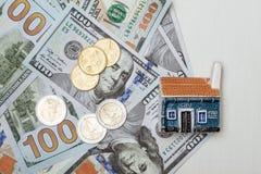 Jouez la maison sur beaucoup de billets de banque du dollar et d'euro pièces de monnaie Photo stock