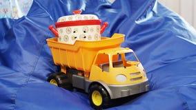 Jouez le camion- avec la casserole dans les supports workbody sur la chaise de sac bleu banque de vidéos