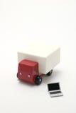 Jouez le camion de voiture et l'ordinateur portable miniature sur le fond blanc Image libre de droits