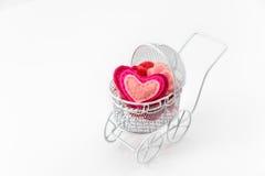 Jouez le landau avec le coeur de laine sur le fond blanc Saint-Valentin ou carte de voeux nouveau-née Photo libre de droits