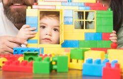Jouez le mur de briques avec la fenêtre et la porte et badinez Photos stock