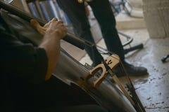 Jouez le violoncelle Photographie stock libre de droits