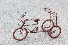 Le jouet ouvre la bicyclette faite de câblage cuivre Image stock