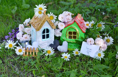 Jouez les maisons avec la note et textotez l'amour vous, les décorations, fleurs dans l'herbe Photos libres de droits
