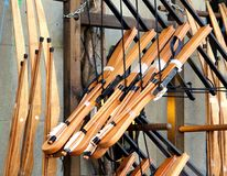 Jouez les tirs à l'arc de tir à l'arc à vendre en dehors d'un jouet traditionnel s Photographie stock libre de droits