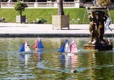 Jouez les voiliers sur l'étang au jardin du Luxembourg, Paris Images libres de droits