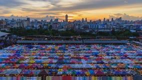 Jour à la faute de nuit de la vue supérieure de la tente de toile au marché extérieur banque de vidéos
