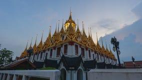 Jour à la faute de nuit de la pagoda d'or en Wat Ratcha Nadda Temple banque de vidéos