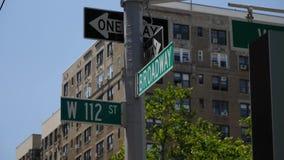 Jour établissant le coin Broadway de Manhattan de tir et les 112th rues banque de vidéos