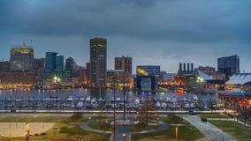 Jour au timelapse de nuit de l'horizon de Baltimore et du port intérieur de la colline fédérale banque de vidéos