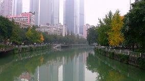 Jour brumeux sur la rivière dans la ville de Chengdu clips vidéos