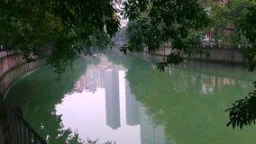Jour brumeux sur la rivière dans la ville de Chengdu banque de vidéos