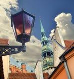 Jour coloré dans le secteur médiéval de vieux Riga Images libres de droits