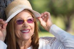 Jour d'été amical de lunettes de soleil et de chapeau de femme Images libres de droits