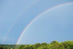 Jour d'été avec un arc-en-ciel Photographie stock libre de droits