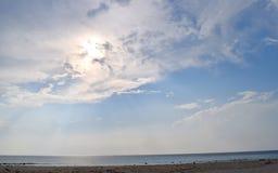 Jour d'été chaud - Sun brillant avec l'aura et le soleil lumineux en ciel au bord de mer - Laxmanpur, Neil Island, îles d'Andaman images stock
