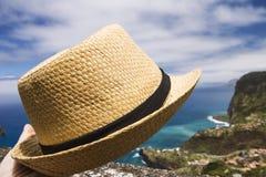 Jour d'été de chapeau de chapeau en paille sur le concept de protection de relaxation de vacances images libres de droits