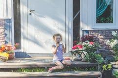 Jour d'été d'enfant mangeant la crème glacée  Photos libres de droits