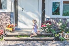 Jour d'été d'enfant mangeant la crème glacée  Photo stock