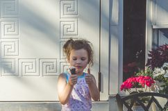 Jour d'été d'enfant mangeant la crème glacée  Photo libre de droits