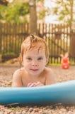 Jour d'été d'enfant séchant au soleil photo libre de droits