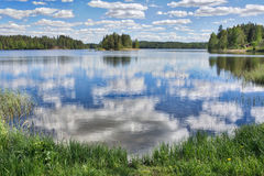 Jour d'été ensoleillé par un lac en Finlande Image stock