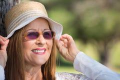 Jour d'été heureux de lunettes de soleil et de chapeau de femme Images stock