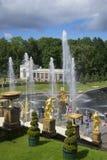 Jour d'été sur la grande étape Abaissez le parc de palais, Peterhof Image stock
