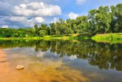 Jour d'été sur les banques d'une belle rivière Image stock