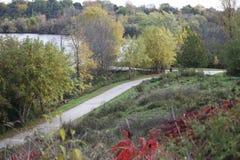 Jour d'automne, chemin de vélo, au-dessus de regarder un étang Images stock