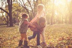 Jour d'automne Enfants au parc Photos stock