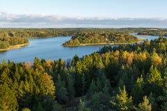 Jour d'automne, forêt et lac, vue à partir du dessus, Finlande Photos stock