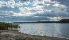 Jour d'automne sur la rivière Photo stock