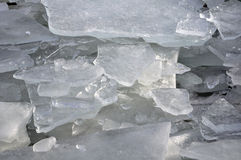 Jour d'hiver avec des piles de glace cassée Images stock