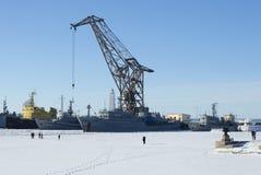 Jour d'hiver dans le port de Petrovskaya Kronstadt Photos stock