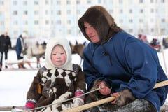 Jour d'hiver de bergers de renne de Nenets de père et de fille dans Siberi Images libres de droits