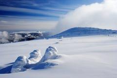 Jour d'hiver en montagnes géantes Images stock