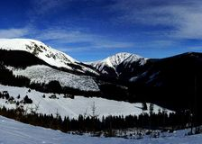 Jour d'hiver ensoleillé en montagnes géantes (panoram) Photo libre de droits