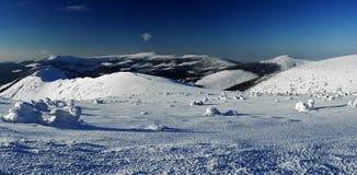 Jour d'hiver ensoleillé en montagnes géantes (panoram) Photographie stock libre de droits