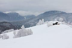Jour d'hiver nuageux dans les montagnes photo stock