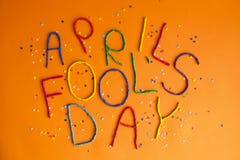 Jour d'imbéciles de premier avril drôle de police écrit dans le plastecine de différentes couleurs Photos stock